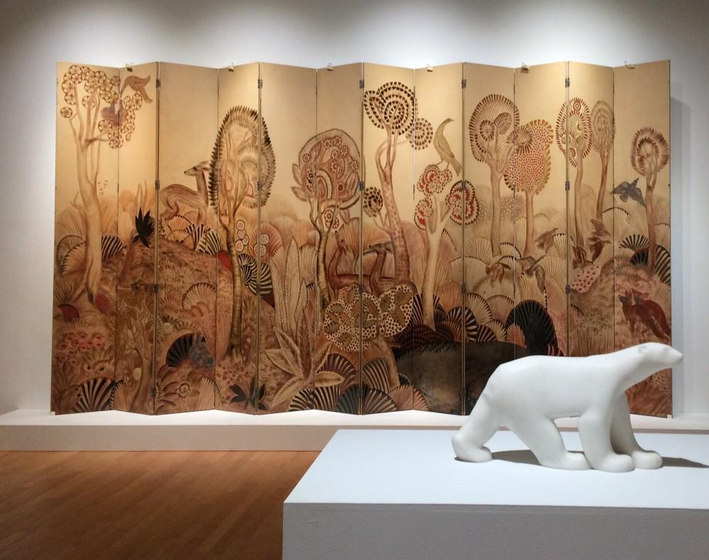 会場風景 フランソワ・ポンポン《シロクマ》1923-33年とジャン・デュナン《森》20世紀前半