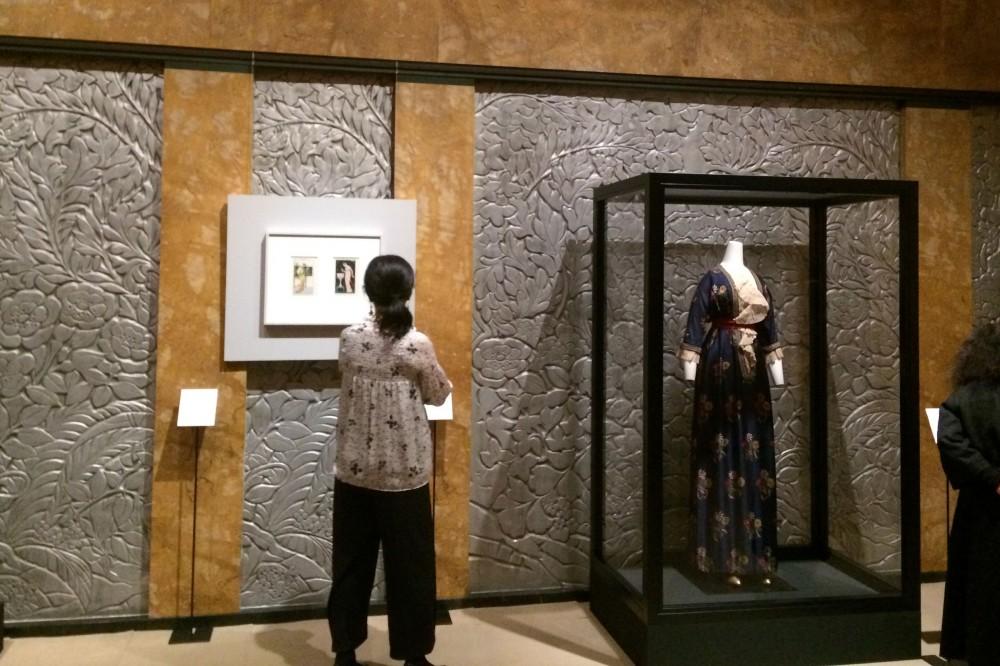 展示風景 ブロデールやバルビエのデザイン画やポワレのアフタヌーン・ドレスが、壁の装飾にぴったり合っていますね!