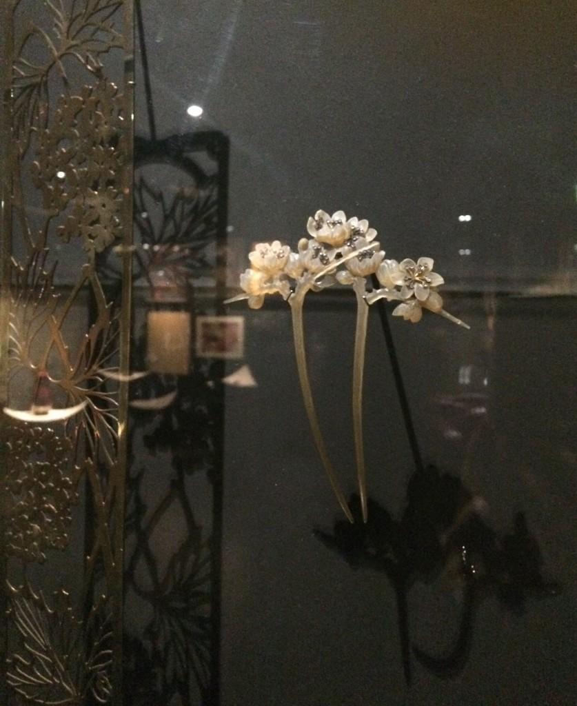 リュシアン・ガイヤール《かんざし、スピノサスモモの花》1904年頃、べっ甲、ダイヤモンド、金、銀、パリ装飾美術館蔵