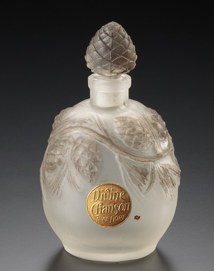 この季節にぴったりの松かさをモチーフにしたデザイン。 リュシアン・ガイヤール《香水瓶、松かさ》1913年頃、ニース・フロール社、海の見える杜美術館所蔵