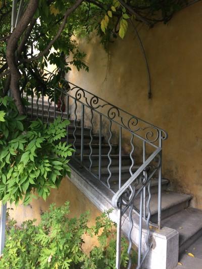 この階段はのぼるべきか否か……また迷子になりそうな予感と好奇心の狭間で悩みます。
