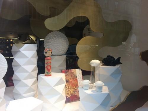 パリ装飾美術館、ミュージアムショップのショー・ウィンドウもジャポン一色!