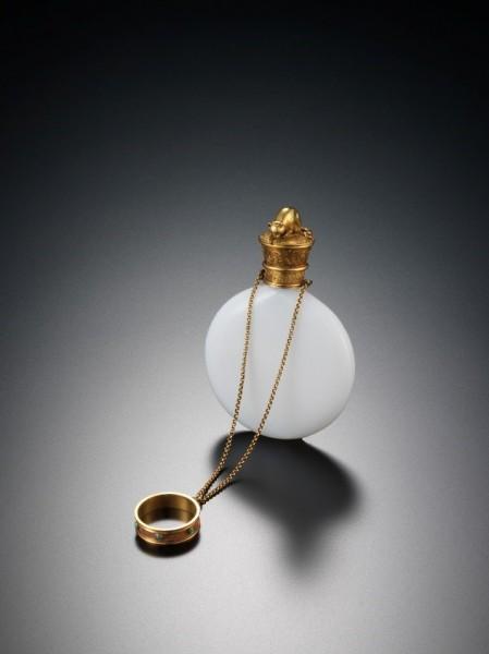 《指輪付き香水瓶》1890年頃、イギリス、白色グラス、金、トルコ石、海の見える杜美術館所蔵
