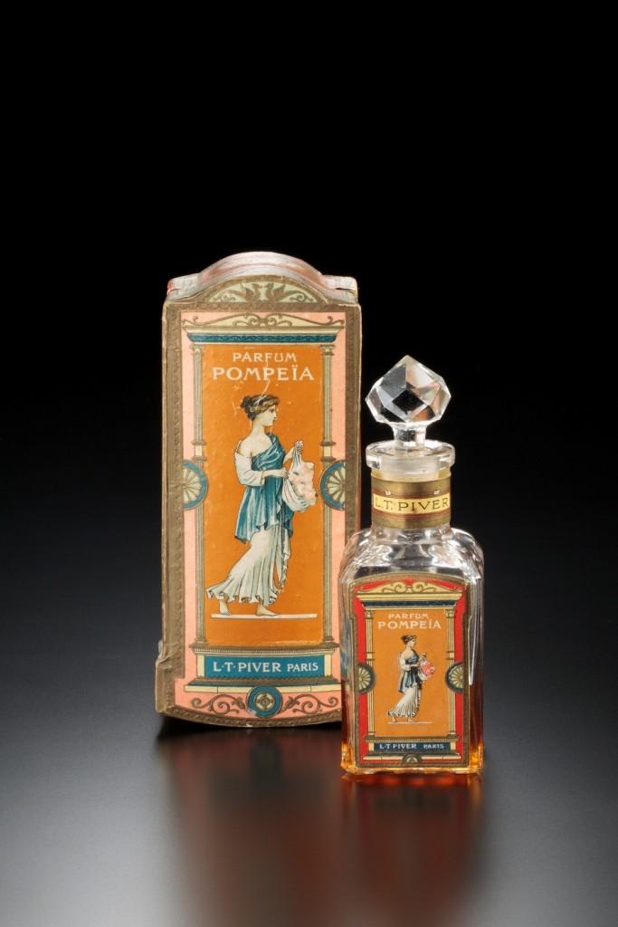L.T.ピヴェール社 ケース付き香水瓶《ポンペイア》 デザイン:1907年 透明ガラス、海の見える杜美術館所蔵