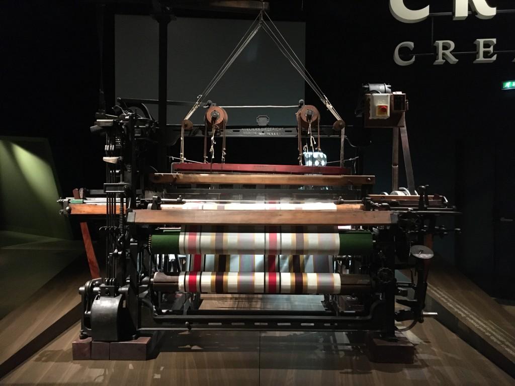 《自動織機》1907年、Atelier Diederichs製。私は、機械もさることながら、布地の柄や光沢に、つい目が釘付けでした♡。