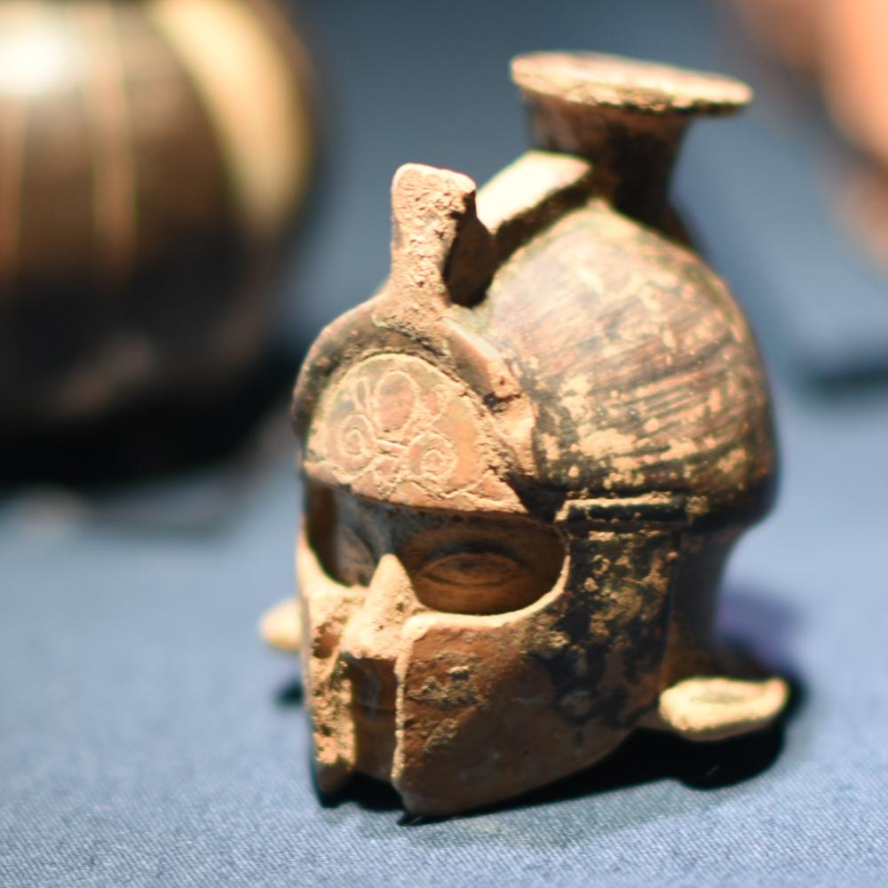 《アリュバロス》 ギリシャ、ロドス島? 前6 世紀初め テラコッタ、黒釉彩色、白彩色