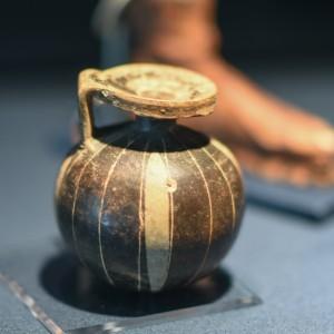 《アリュバロス》 ギリシャ、コリントス 前6 世紀-前5 世紀初め テラコッタ、黒釉彩色